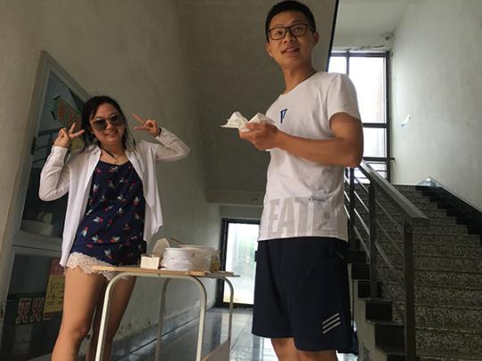 顾湘(左)在分发鸡蛋 受访者供图