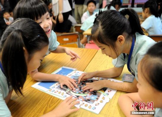 资料图:香港小学生在课堂参与活动 中新社记者 谭达明 摄