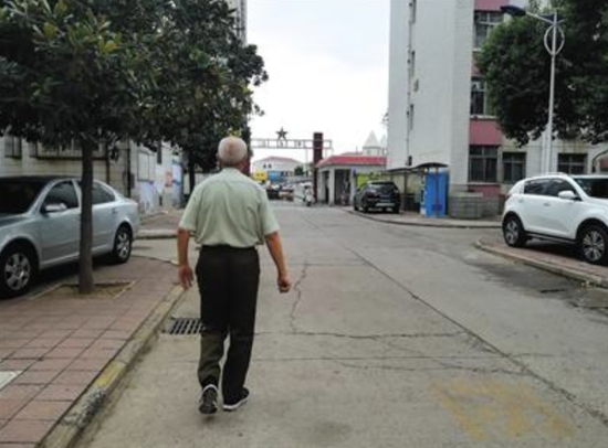 9月5日,陈春琳在自家小区内。离开学校前,他很少回家。