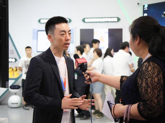 好未来集团总裁白云峰在展会现场接受媒体采访