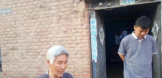 举报人王宏伟(右)。