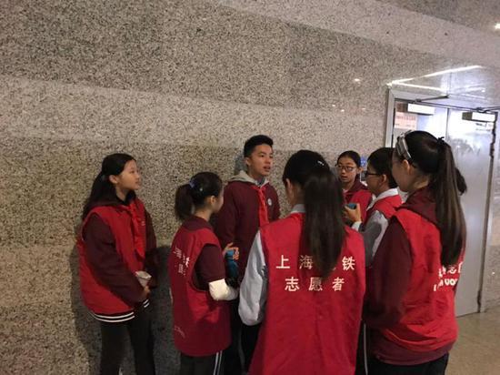 上海市延安初级中学谈中在培训地铁志愿者