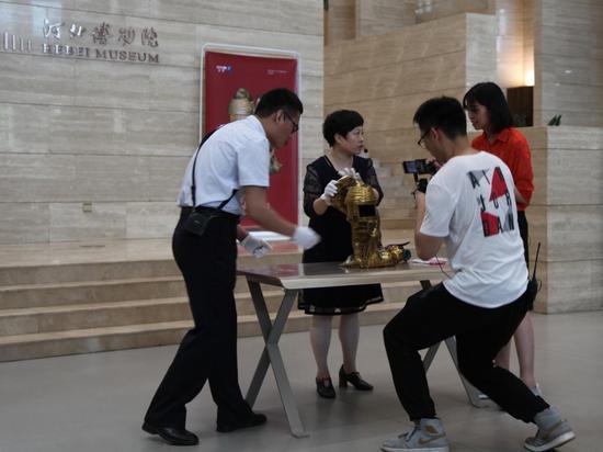 河北博物院陈列研究部杜利演示长信宫灯模型组装