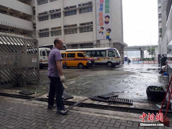 资料图:学校的校工正在清理污泥。中新社记者 洪少葵 摄