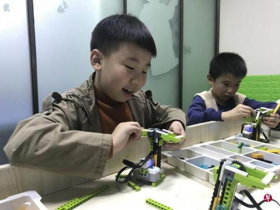 """编程课成中国家长""""新宠"""":人工智能从娃娃抓起"""
