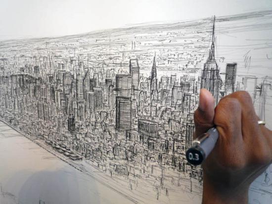 奇特的相机式绘画作品。英国艺术家史蒂芬·威尔特能在看过城市全景仅仅一眼后就凭记忆画出颇具细节的全景图,这位早早被确诊为自闭症的艺术家早在7岁时就以1500英镑的价格售出了自己的第一幅画,此后他的作品一直供不应求。