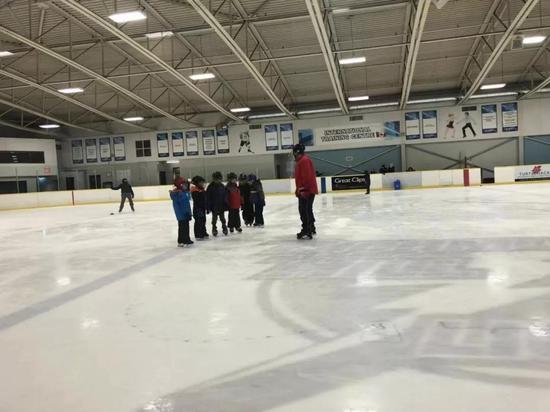 哥哥和弟弟都在上滑冰课,下学期还会加上壁球和冰壶