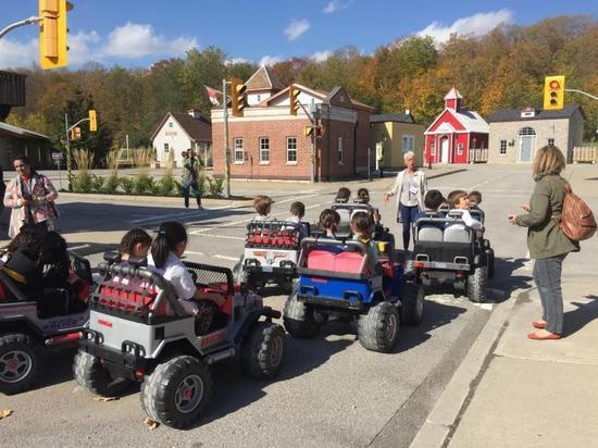 孩子在安全村学习交通规则