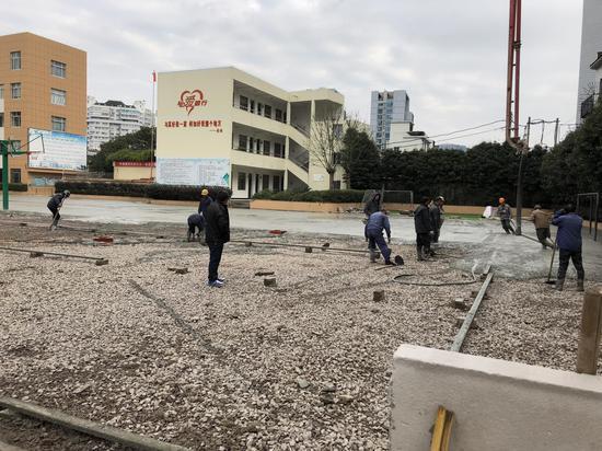 学校对跑道进行铲除。    受访者供图