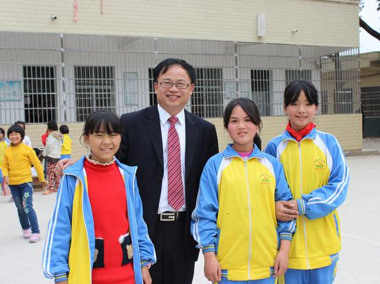 陈快元校长与学生在一起