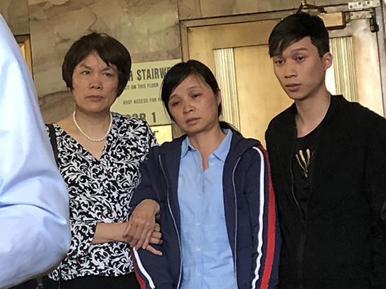 宣判后章莹颖家人走出法庭。