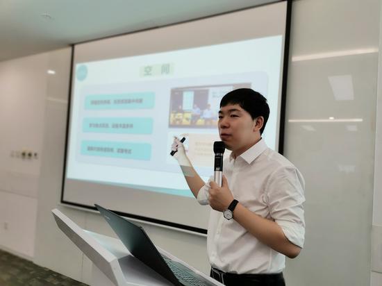 新东方在线出国考试事业部总经理宋鹏昊发表演讲