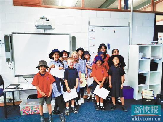 今年暑假,广州的小学生小元(左六)到澳大利亚游学,和当地孩子一起上课。  受访者供图