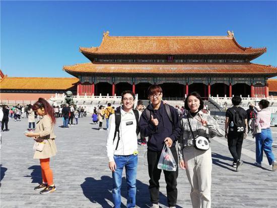 费德里科(左一)和朋友游览故宫。