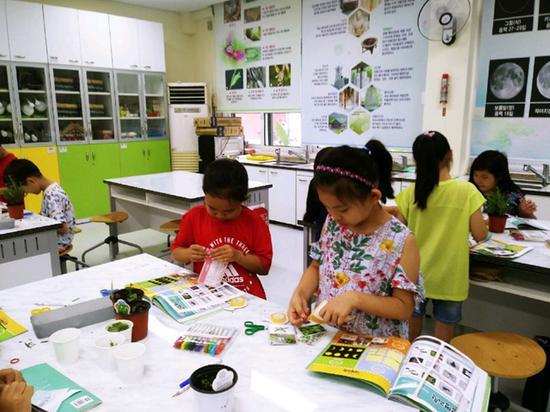 韩国小学生在暑期参加各类补习班 裴埈基摄