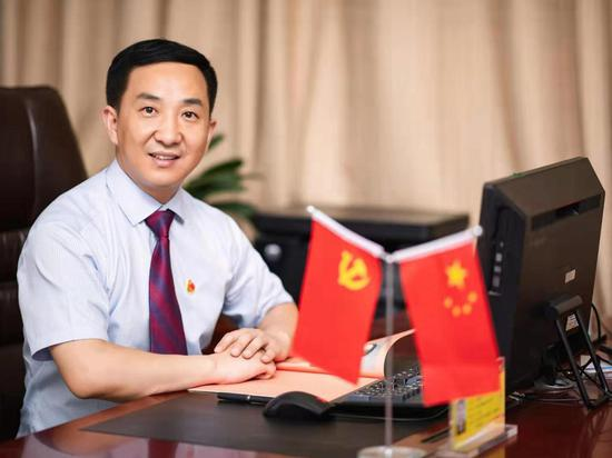 安徽省合肥市琥珀名城小学教育集团党总支书记、总校长崔世峰