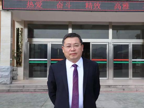 宣恩县清江外国语学校校长林鸿