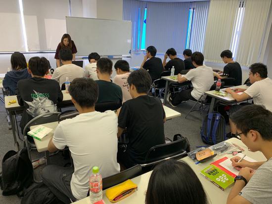 学生们在上日语课