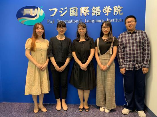 早稻田校区益尾夏子校长(左二)、村山希子老师(中间)与三名中国留学生代表合影