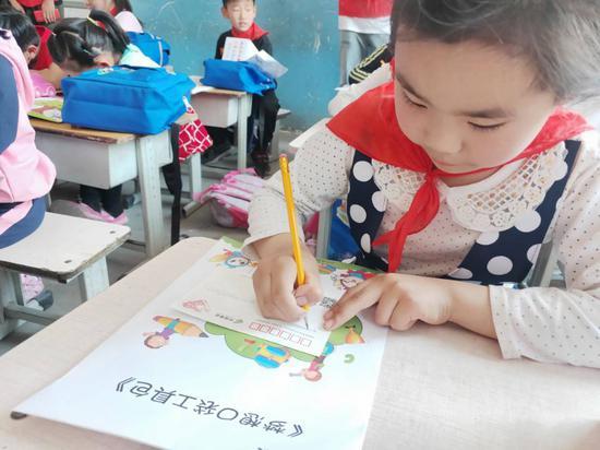 孩子们在梦想收集单上写下家庭情况和梦想宣言