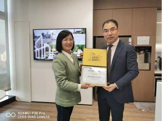 王红老师代表MBA中心为圣戈班企业颁发了感谢证书