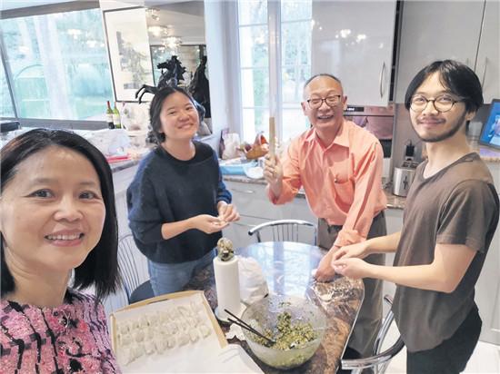 顾心晖与丈夫和子女在一起包饺子。这是他们家庭团聚时的传统。(图片来源:被访者提供)