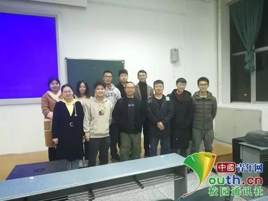 图为黄强老师(前排左三)与学生们的合照。受访者 供图