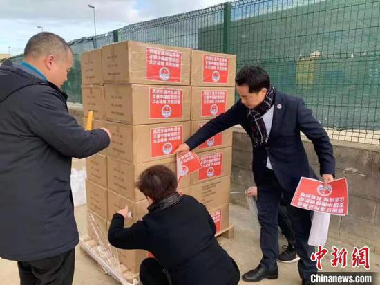 西班牙温州总商会、西班牙巴塞罗那文成同乡会在打包运输物资。 西班牙欧华报供图