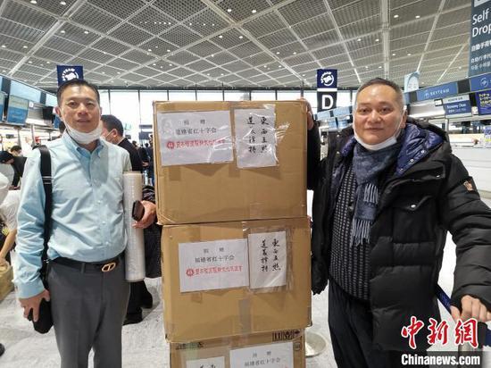 """一箱箱贴着""""东西互照、道义撑持""""的医疗物资搭乘厦门航空班机从东京运到福州长乐机场。 郑松波供图 摄"""
