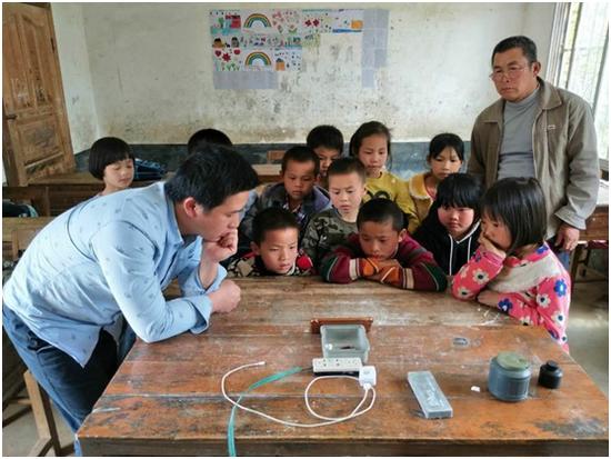 小狮子颁奖典礼规模浩大 1400名乡村教师获奖