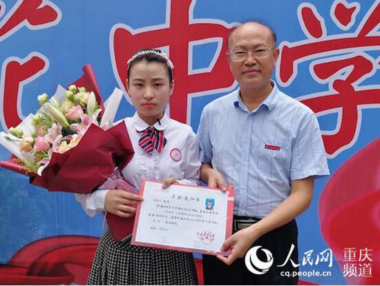 重庆2018年第一份高考录取通知书送达。李天文摄