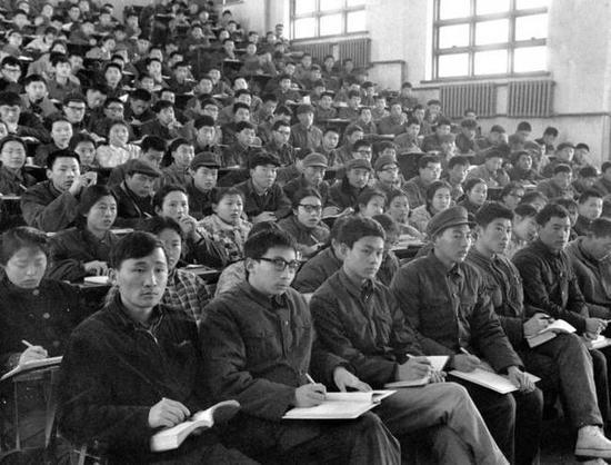 ▲1978年2月,恢复高考后的第一批大学生进入大学校门。这是清华大学1977级的学生在课堂上。(新华社发)