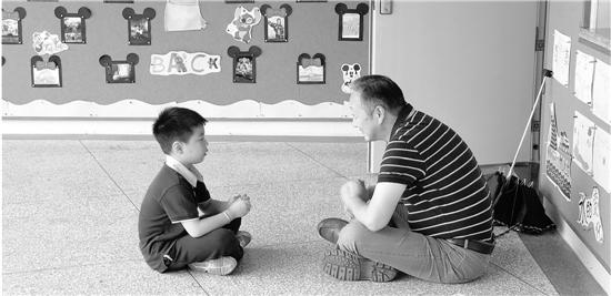 一大一小席地而坐唠嗑 杭州暖心校长刷屏朋友圈