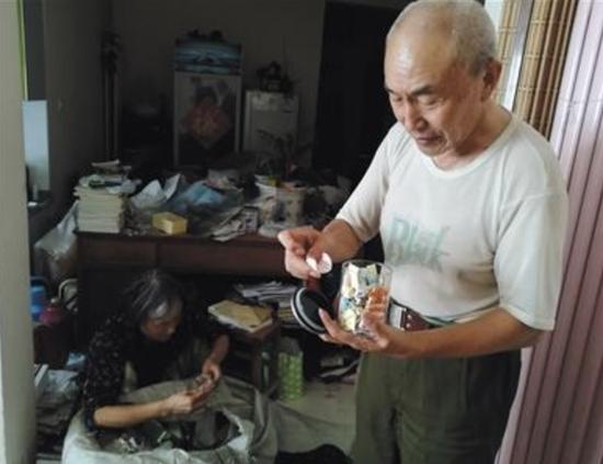 9月7日,陈春琳和妻子孙建华在家中收拾从学校清出的物品。