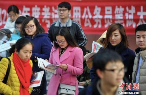 资料图:考试前争分夺秒复习的考生们。中新社记者 韦亮 摄