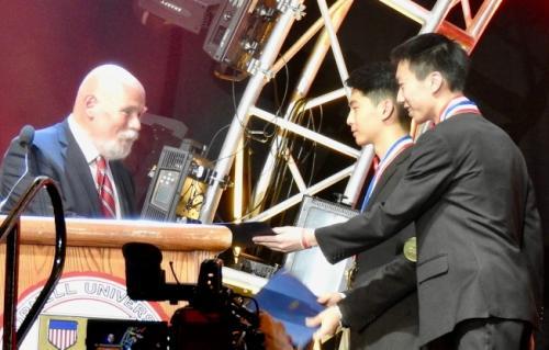 联邦疾病防治中心(CDC)代表Ralph Cordell向朱有豪(中)和董沐恩颁奖,全额赞助他们参访CDC。(图片来源:美国《世界日报》教练Kurt Wahl提供)