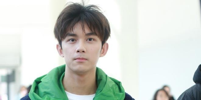 吴磊现身北电四试笑容灿烂