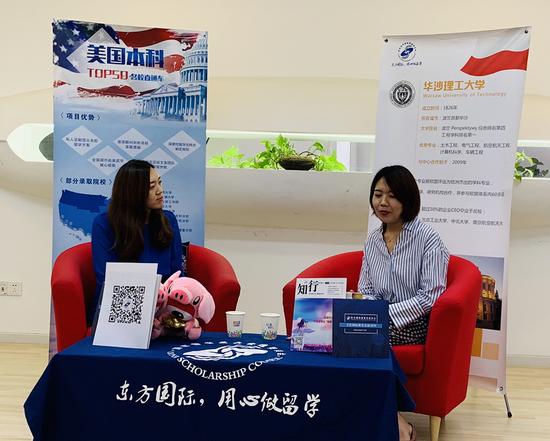 东方国际教育交流中心的高级总监孙博老师(左)