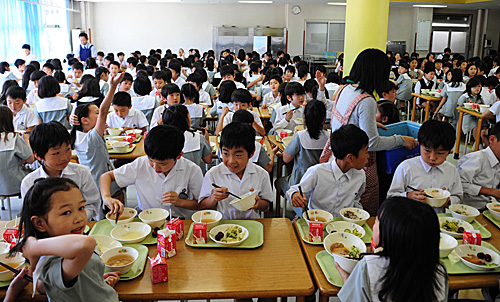 资料图:在日本首都东京学艺大学附属小金井小学食堂,学生在用餐。(新华社)