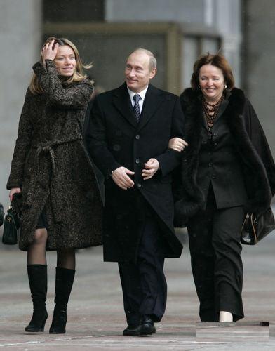 2007年12月2日,俄罗斯莫斯科,当时的俄罗斯总统普和妻子、俄罗斯第一夫人柳德米娜前往俄罗斯杜马选举投票站。有媒体称画面左侧的女子为普京的大女儿玛丽娅。