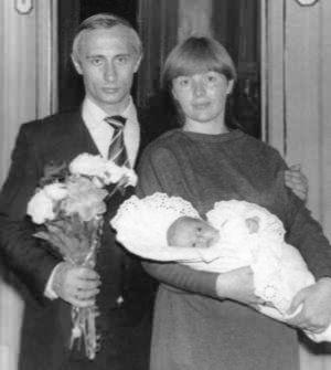 1985年普京夫妇和他们的第一个女儿玛丽娅。