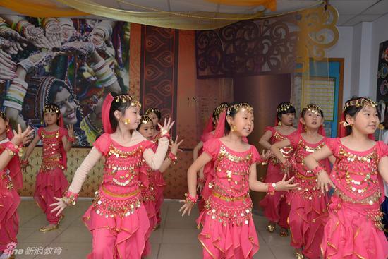 《国际日》活动中 学生表演的印度宝莱坞歌舞
