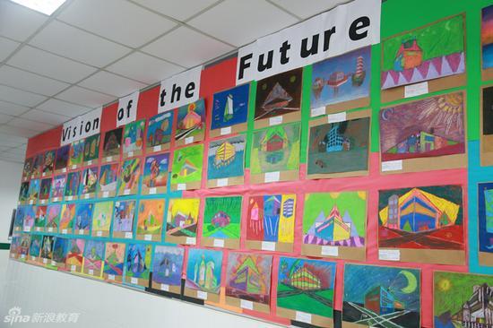 这里展示着学生的绘画作品,他们天马行空,自由创作
