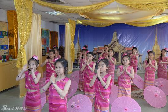 《国际日》活动中 学生表演的泰国舞蹈