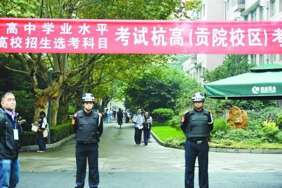 10月30日,浙江杭州,参加浙江省首次新高考的考生在杭州杭高考点等待进入考场。CFP供图