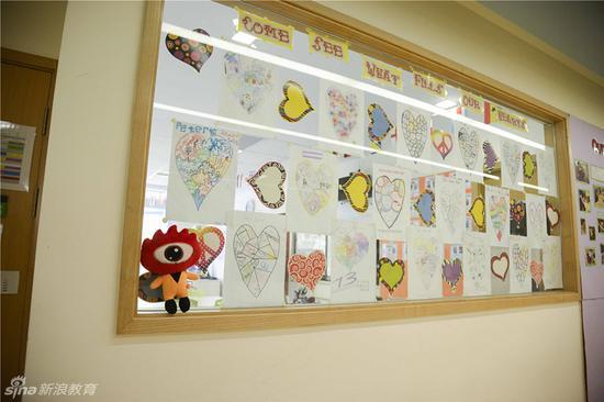 小学部走廊里随处可见的学生作品