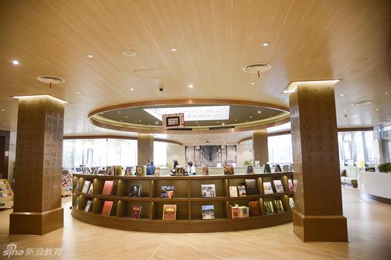 中学部的图书馆,安静舒适的环境很适合学生在里面看书