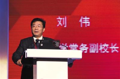 2013年12月21日,第十五届北大光华新年论坛,刘伟做主题演讲。新京报记者 黄月 摄