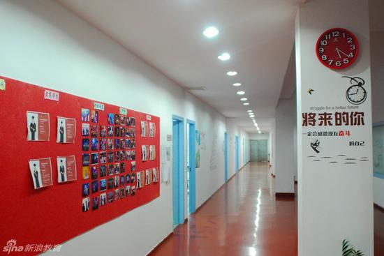 走廊的墙上贴着学生的作品与优秀学生代表