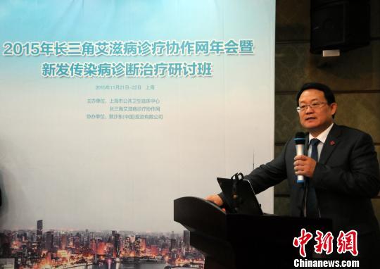 上海市公共卫生临床中心党委书记、著名传染病专家卢洪洲教授在研讨班上作学术报告。 孙国根 摄
